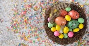Dekorative Ostereier in einem Nest Stockbild