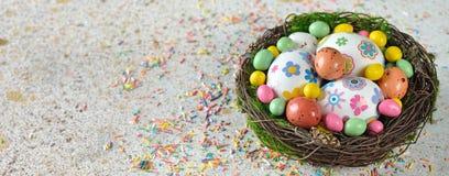 Dekorative Ostereier in einem Nest Lizenzfreie Stockbilder