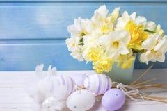 Dekorative Ostereier und weiße und gelbe Frühlingsnarzisse oder Lizenzfreie Stockfotos