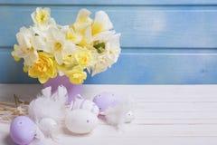 Dekorative Ostereier und weiße und gelbe Frühlingsnarzisse oder Lizenzfreies Stockbild