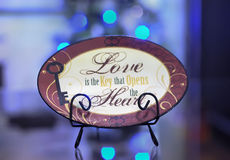 Dekorative Platte Browns mit den Wörtern über Liebe Lizenzfreies Stockbild