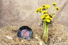 Dekorative Platte und Vase im Stroh Lizenzfreie Stockfotos
