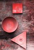 Dekorative Platten von verschiedenen Formen auf strukturierter Wand des alten Schmutzes Lebende korallenrote Farbe der Zusammenfa stockfotos