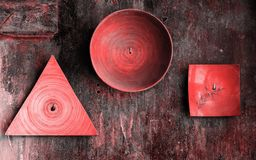 Dekorative Platten von verschiedenen Formen auf strukturierter Wand des alten Schmutzes Lebende korallenrote Farbe der Zusammenfa stockbilder