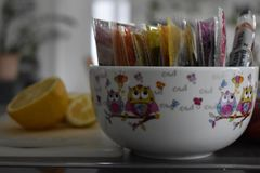 Dekorative Porzellanschüssel mit Gewürzen stockbilder
