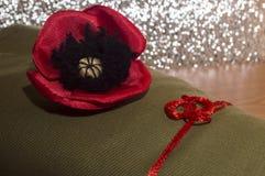 Dekorative rote liegende Mohnblume - auf dem rauen Gewebe vom kakifarbigen Stockfotos
