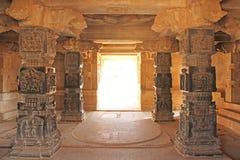 Dekorative Säulen vom schwarzen Basalt im mandappa oder in Hall Hazara stockfoto
