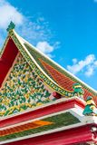 dekorative schöne Elemente auf dem Dach eines Gebäudes in Bangk Lizenzfreies Stockfoto