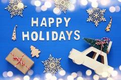 dekorative Schneeflocken, Weihnachtsbaum und und Spielzeugauto Lizenzfreies Stockfoto