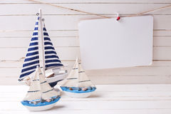 Dekorative Segelboote und Empty tag auf Wäscheleine auf Holz Stockfoto