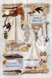 Dekorative Segelboote, Zeichen, Muscheln und Treibholz stockfoto