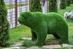 Dekorative Skulptur des Bären des grünen Grases auf dem Rasen im Garten Lizenzfreie Stockbilder