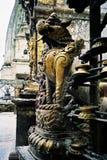 Dekorative Statuen- und Gebetsflaggen an Buddha-Tempel Stockbilder