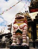 Dekorative Statuen- und Gebetsflaggen an Buddha-Tempel Stockfoto