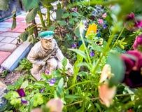Dekorative Statuette des Soldaten im Garten Stockbilder