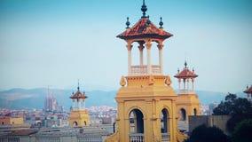 Dekorative Türme nahe dem Nationalmuseum der katalanischen Kunst MNAC auf der Piazza von Spanien in Barcelona stock video footage