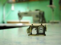 Dekorative Uhren in Form einer Nähmaschine auf dem Hintergrund dieser Nähmaschine stockbild