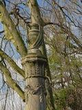 Dekorative Urneskulptur auf eine Säule mit Lorbeer lizenzfreies stockbild