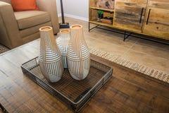 Dekorative Vasen auf Couchtisch lizenzfreies stockbild