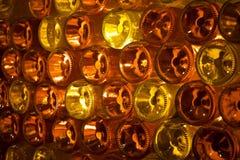 Dekorative Wand der Glasflaschen Stockbilder