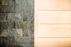 Dekorative Wand für Hintergrund - halb graue Steinbeschaffenheit und hal Stockbilder