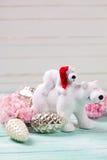 Dekorative Weihnachtsbären, Weinleseweihnachten sprudelt und Blume Lizenzfreie Stockfotos