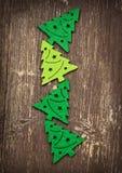 Dekorative Weihnachtsbäume auf hölzernem Hintergrund Lizenzfreie Stockfotos