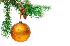 Dekorative Weihnachtskugel auf dem Weihnachtsbaum. Lizenzfreies Stockfoto