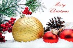 Dekorative Weihnachtskugeln, -Strobile und -stechpalme Stockbilder