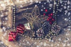 Dekorative Weihnachtszusammensetzung auf hölzernem Hintergrund postkarte Stockfoto