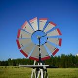 Dekorative Windmühle auf dem Bauernhof-Gebiet Lizenzfreies Stockbild