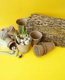 Dekorative Zusammensetzung Ostern auf einem gelben Hintergrund Nest mit Wachteleiern Stockbild