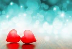 Dekorative zwei rote Herzen Rote Rose Stockfotos