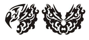 Dekorativer Adlerkopf und -schmetterling in der Stammes- Art Stockfotografie