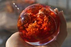 Dekorativer Ball in der Hand Lizenzfreie Stockfotos