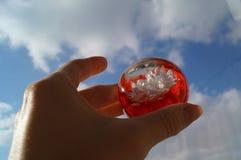 Dekorativer Ball in der Hand Stockbild