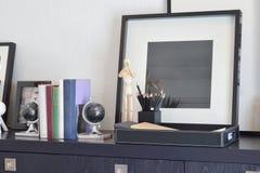 Dekorativer Behälter mit Buch und Bleistiften auf Holztisch zu Hause Stockbilder