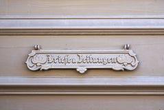 Dekorativer Briefkasten auf Tür, Potsdam, Deutschland Stockfoto