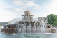 Dekorativer Brunnen im Park Stockfoto