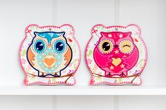 Dekorativer bunter netter Owl Mats auf weißem Regal Lizenzfreie Stockfotos