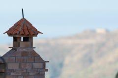 Dekorativer Dachkamin und Terrakottafliesendach auf Teneriffa, S Lizenzfreie Stockfotos