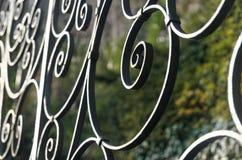 Dekorativer Eisenzaun mit runden Helixen Stockfotos
