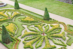 Dekorativer Garten verärgert herein Schlossburggraben stockfotos