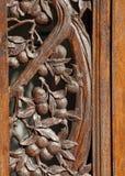 Dekorativer geschnitzter Rosenholz-Eingangs-Rahmen, der Litschi-Baum zeigt stockfotografie