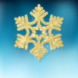 Dekorativer goldener funkelnder Dekorationsstern des Weihnachtsbaums auf blauem Hintergrund ENV 10 lizenzfreie abbildung