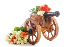 Dekorativer hölzerner Mörser der Weinlese mit blühenden Rosen Lizenzfreies Stockbild