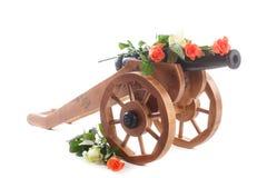 Dekorativer hölzerner Mörser der Weinlese mit blühenden Rosen Stockfoto