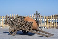 Dekorativer h?lzerner Wagen mit T?pferwarenkrugst?nden auf einem Ufer nahe dem Meerwasser in Batumi, Georgia stockbild