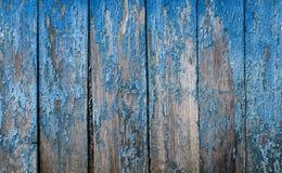 Dekorativer Hintergrund ofcracked alte blaue Farbe auf einer hölzernen Wand Stockbilder