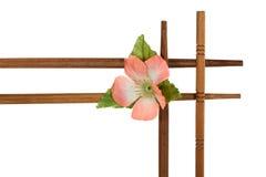 Dekorativer Holzrahmen verziert mit Blumen Stockfoto